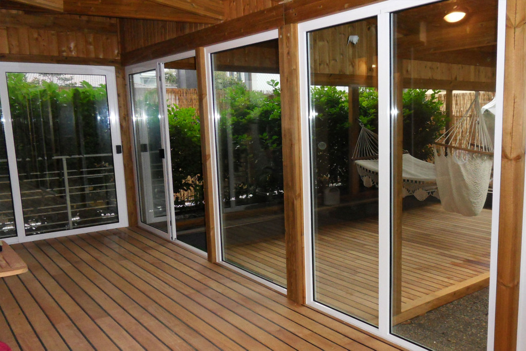 Interno veranda con serramenti scorrevoli e pavimento in legno